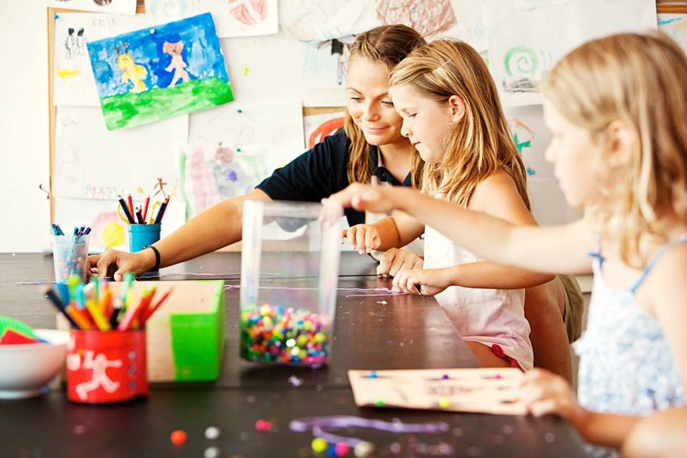 Kaikki lapset ovat tervetulleita leikkimään, piirtämään, askartelemaan ja katselemaan elokuvia Mini Landiin.