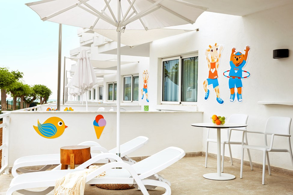 Lollo & Bernie Suite -kaksio, terassi ympäristön ja kadun suuntaan, Jasmin-rakennus