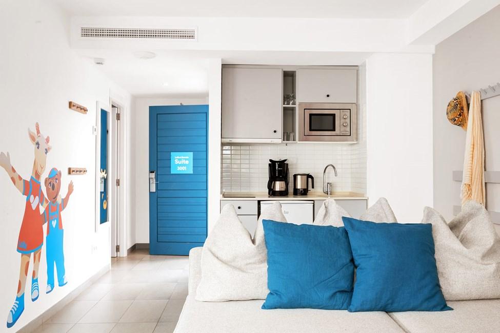 Lollo & Bernie Suite -kaksio, terassi ympäristön ja kadun suuntaan, Jasmin-rakennus.