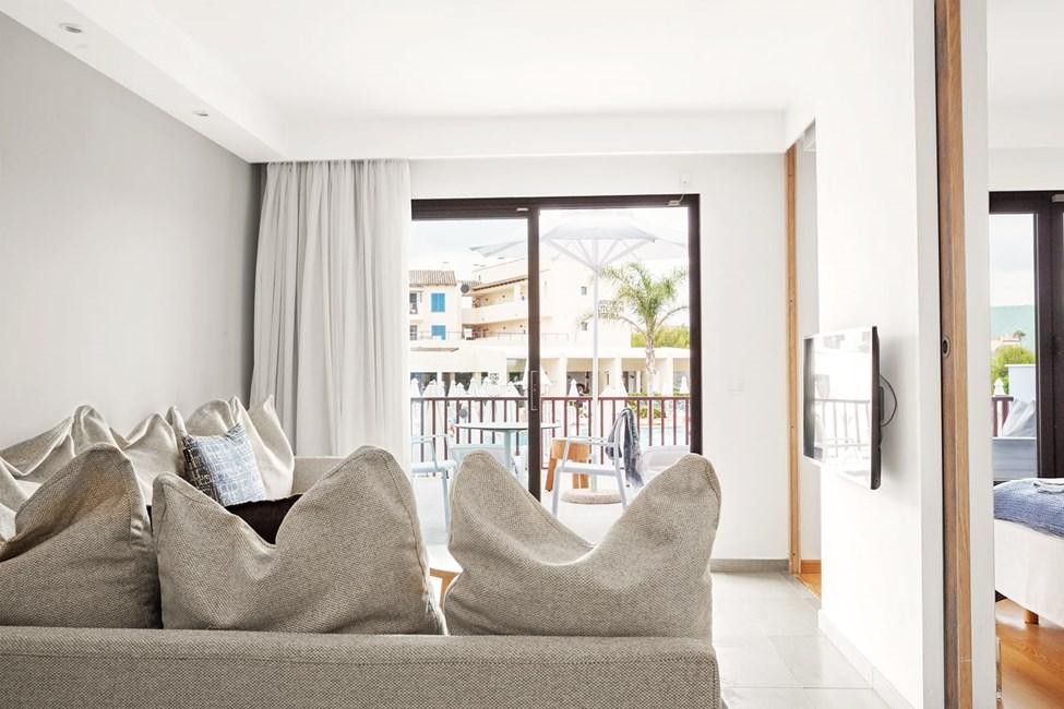 Royal Lounge Suite -kaksio, aidattu terassi allasalueelle päin, Mimosa-rakennus.