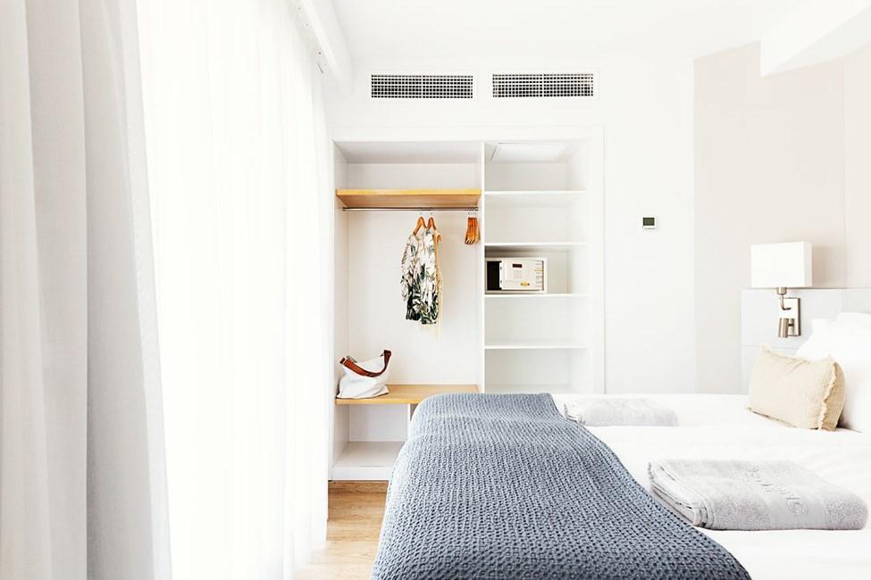 FAMILY-kaksion makuuhuone, iso parveke ympäristön ja kadun suuntaan, osa maan tasalla