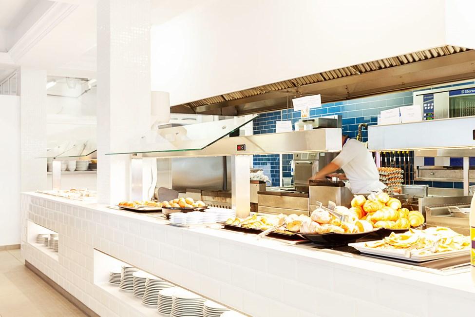 Antonio's Kitchen & Grill -ravintolan buffetissa on on hyvä valikoima ruokia