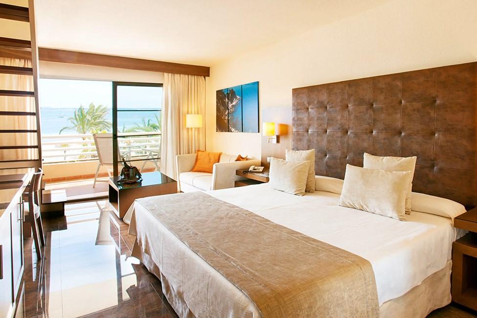 Kahden hengen huone, suuri kattoterassi ja merinäköala