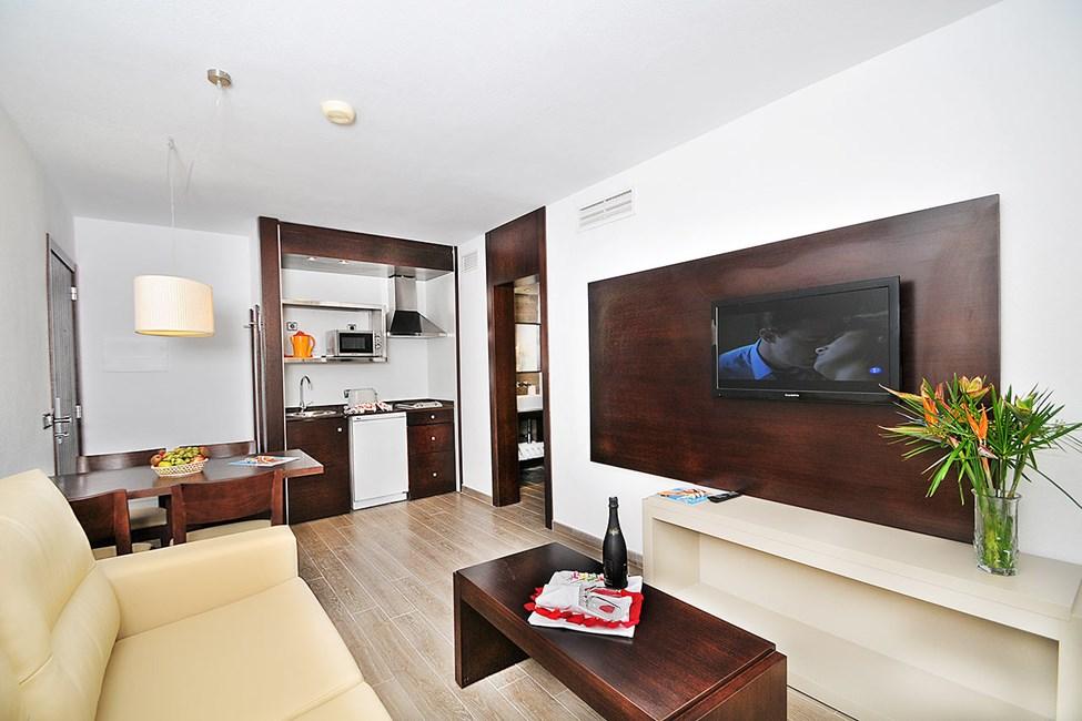 Kahden huoneen sviitti ja näköala allasalueelle päin