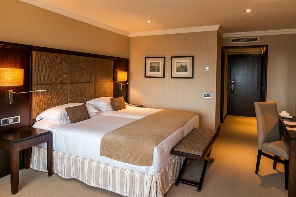 Kahden hengen huone, iso parveke ja merinäköala