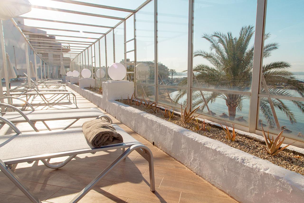 Voit loikoilla ihanalla aurinkotuolilla ja ihailla samalla Välimerelle avautuvista näköaloista.