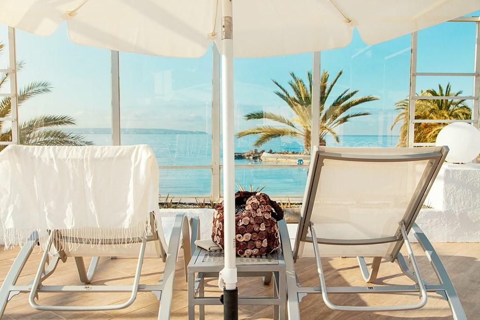Altaalla on mukavia aurinkotuoleja, joissa voit rentoutua ja nauttia samalla merimaisemista.