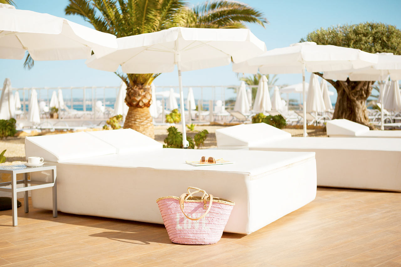 Hotellin mukavilla aurinkotuoleilla voit nauttia olostasi ja ihanista lomapäivistäsi.