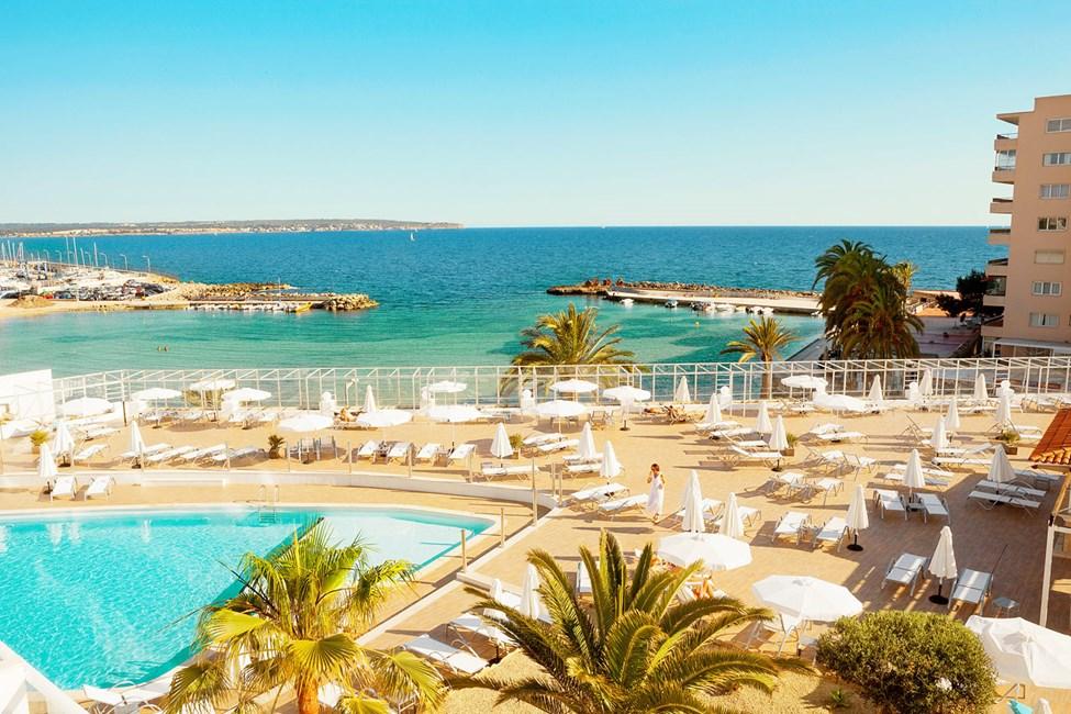 Hotellin allasalueelta avautuvat kauniit näköalat Välimerelle.