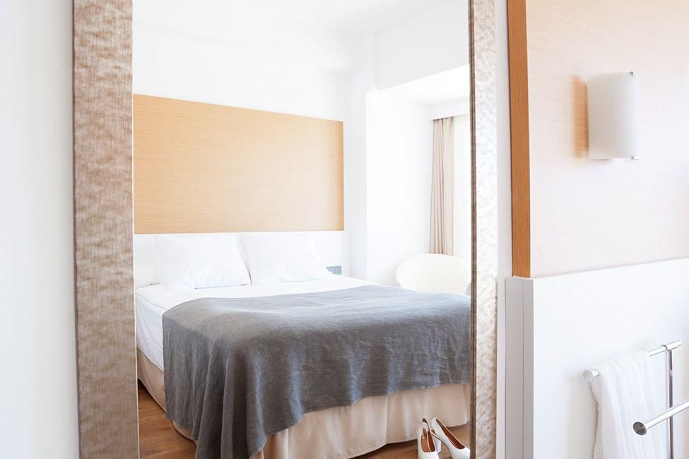 Classic Room, pieni parveke ja rajoitettu merinäköala