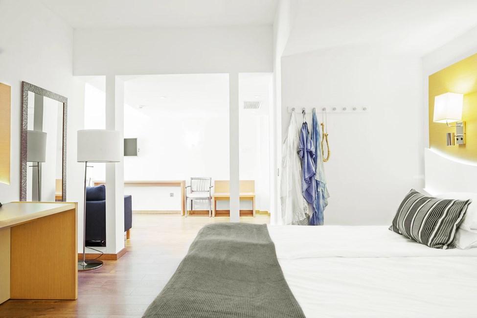 Junior Suite, pieni parveke ja rajoitettu merinäköala