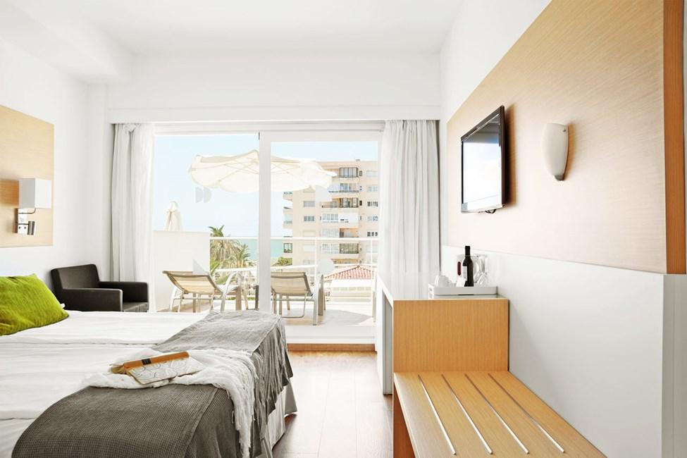 Esimerkki Prime Lounge Suite -sviitistä, jossa iso parveke ja merinäköala