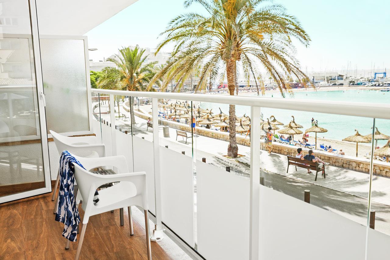 Classic Room, parveke ja merinäköala, lähinnä rantaa olevassa hotellin osassa