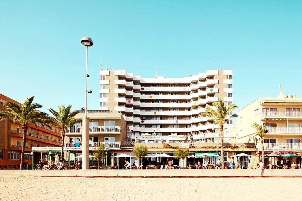 Hotelli sijaitsee hyvällä paikalla rannalla.