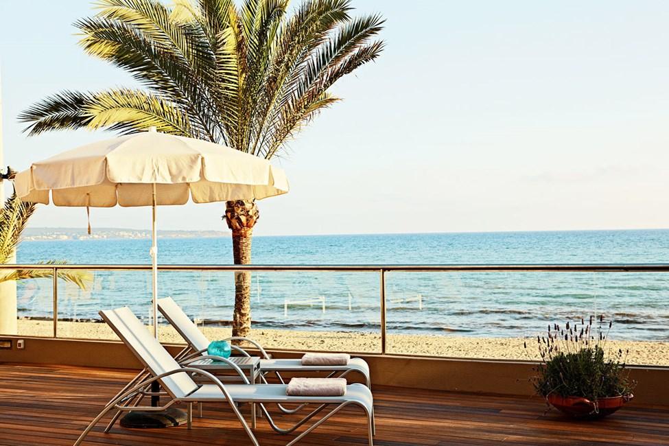 Välimeri on kirjaimellisesti jalkojesi juuressa.