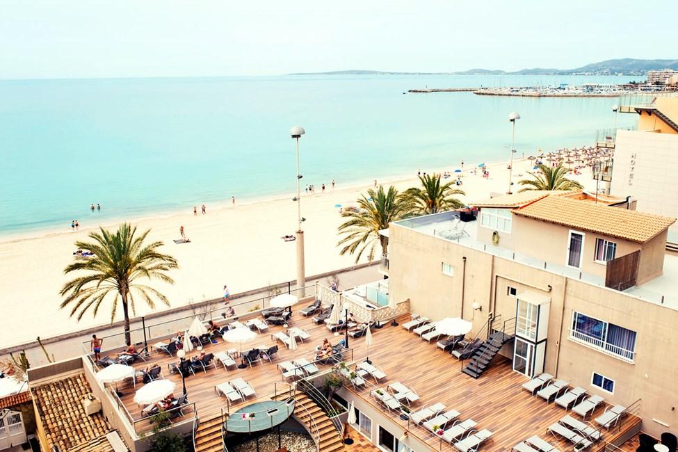 Hotellin aurinkoterassilta avautuvat ihastuttavat näköalat yli Palmanlahden.