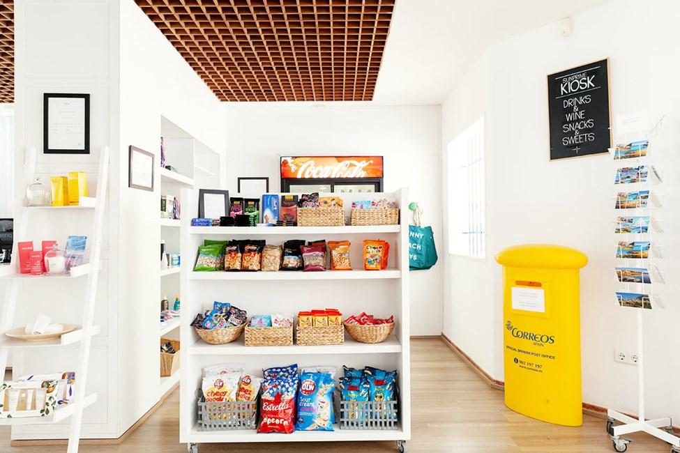 Hotellin kioskista voit ostaa snackseja, juomia, aurinkovoiteita jne.
