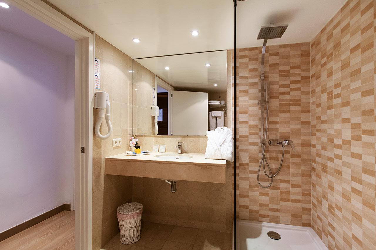 Kylpyhuone kahden hengen huoneessa