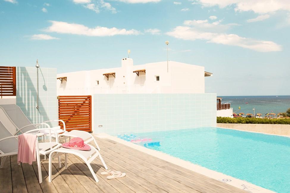 Royal Pool Suite -kolmio, iso terassi ja jaettu, yksityinen allas (Helios). Allas on yhteiskäytössä 4-6 muun sviitin kanssa.