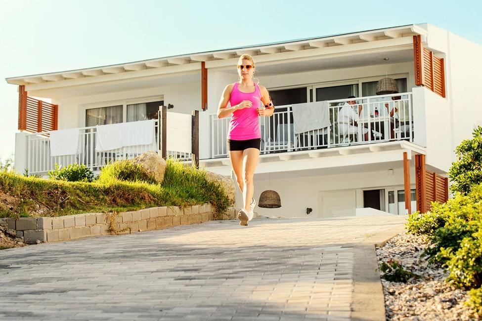 Sunwing Kallithea Beachissä hotellialueen ympäri pääsee lenkkipolkua pitkin.