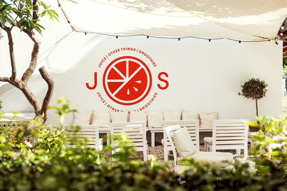 Nauti herkullisista juomista ja auringosta J.O.S.-baarin uudella ulkoterassilla.