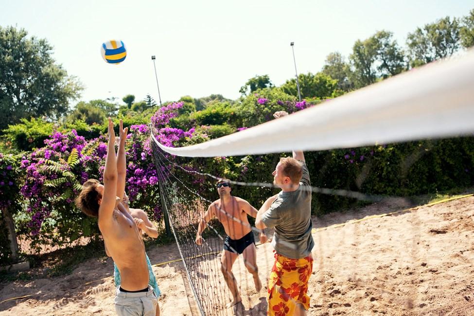 Jos haluat viettää aktiivista lomaa, Sunwing Kallithea Beachissä on mahdollista pelata lentopalloa