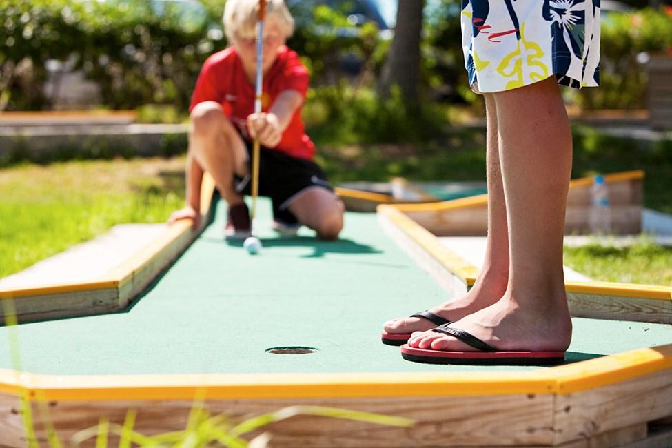 Haasta perheesi tai kaverisi pelaamaan kanssasi minigolfia