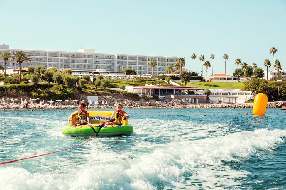 Sunwing Kallithea Beachin alapuolella sijaitsevalla rannalla voit kokeilla erilaisia vesiurheiluaktiviteettejatesta vattensport.