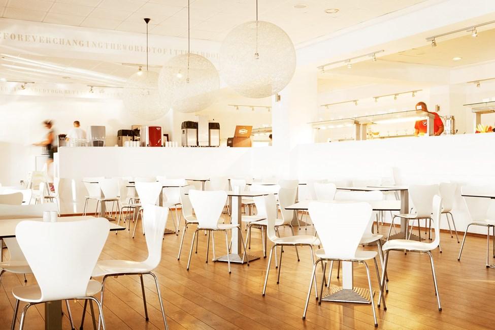 Buffetravintolassa tarjoillaan herkkuja aamiaisella, lounaalla ja illallisella.