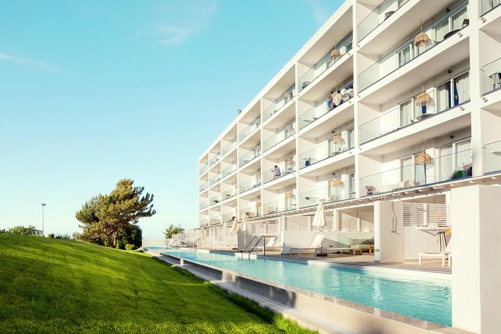 Royal Pool Suite -kaksiot, iso terassi ympäristön suuntaan sekä Family-kaksiot ympäristön suuntaan (Athena)
