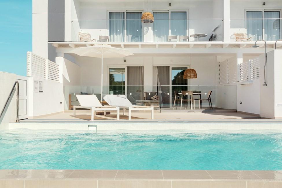 Royal Pool Suite -kaksio, iso terassi ympäristön suuntaan (Athena)