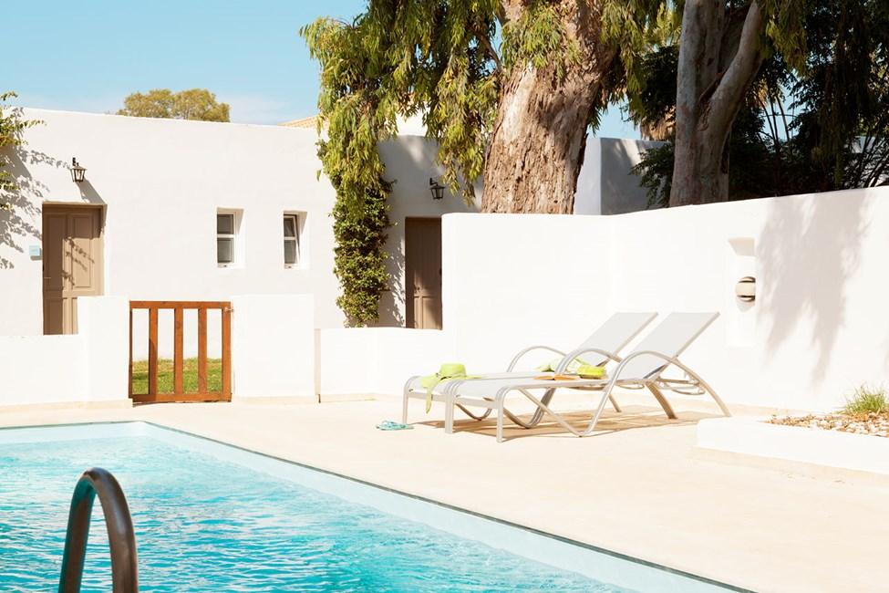 Prime Pool Suite, terassi puutarhaan päin ja oma uima-allas