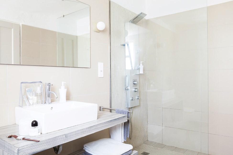 Prime Lounge Suiten kylpyhuone, terassi ja merinäköala