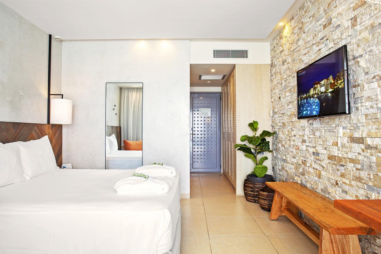 Kahden hengen huone, merinäköala ja pääsy uima-altaaseen