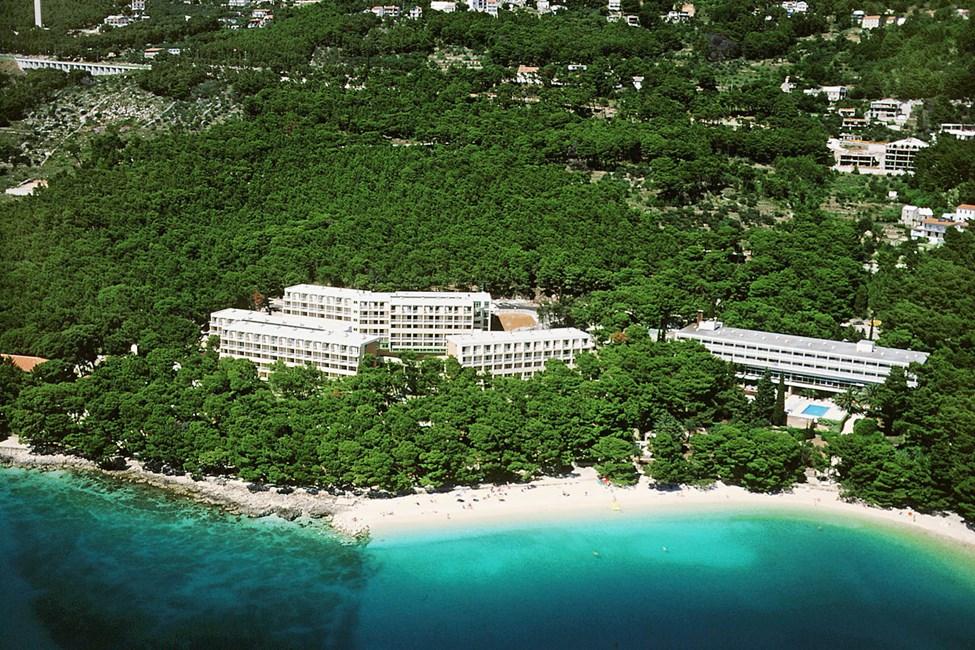 Hotelli Bluesun Marina vasemmalla ja oikealla hotelli Bluesun Maestral, jonka edessä on uima-allas.