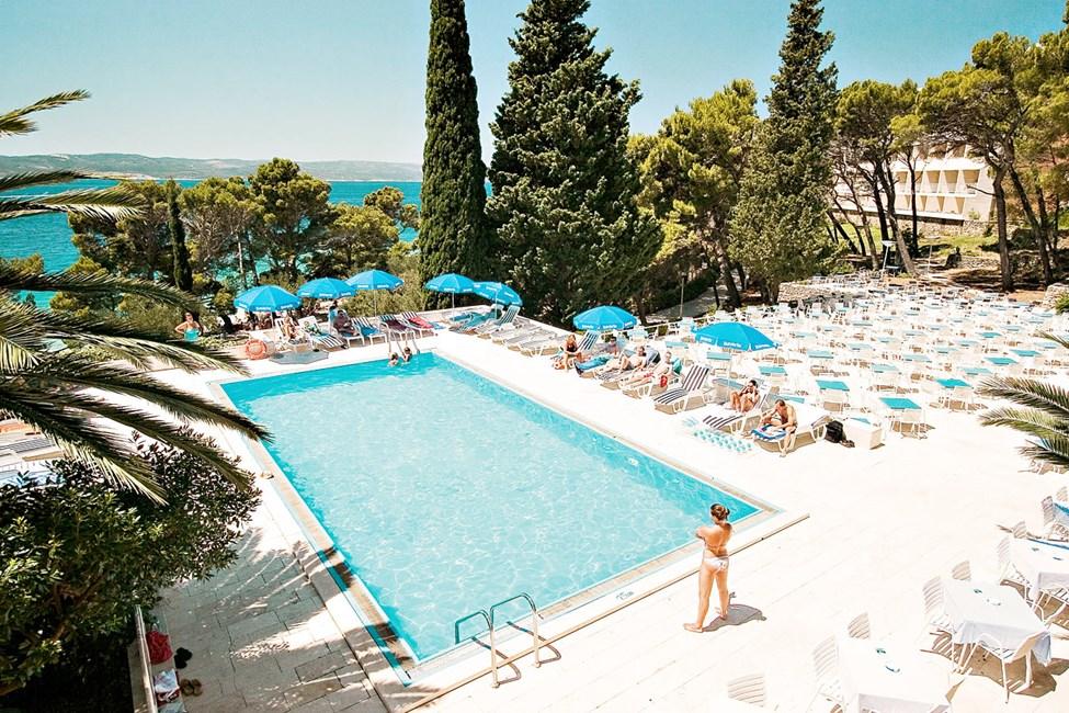 Hotellin vieraat voivat käydä uimassa naapurihotelli Bluesun Maestralin uima-altaassa