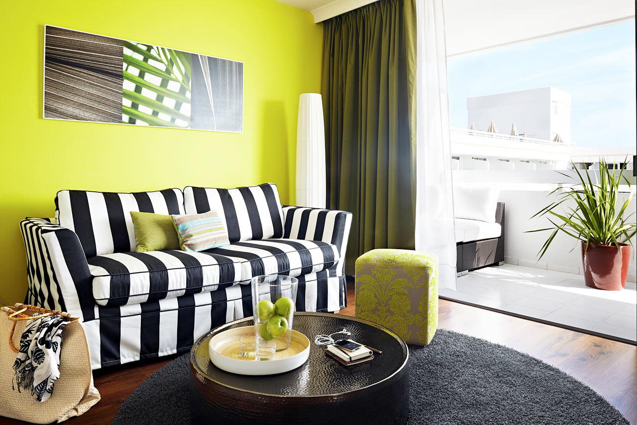 Kaikissa R.O.O.M. ® Suite -huoneistoissa on suuri kalustettu parveke, aurinkotuolit ja mukavat näköalat allasalueelle.