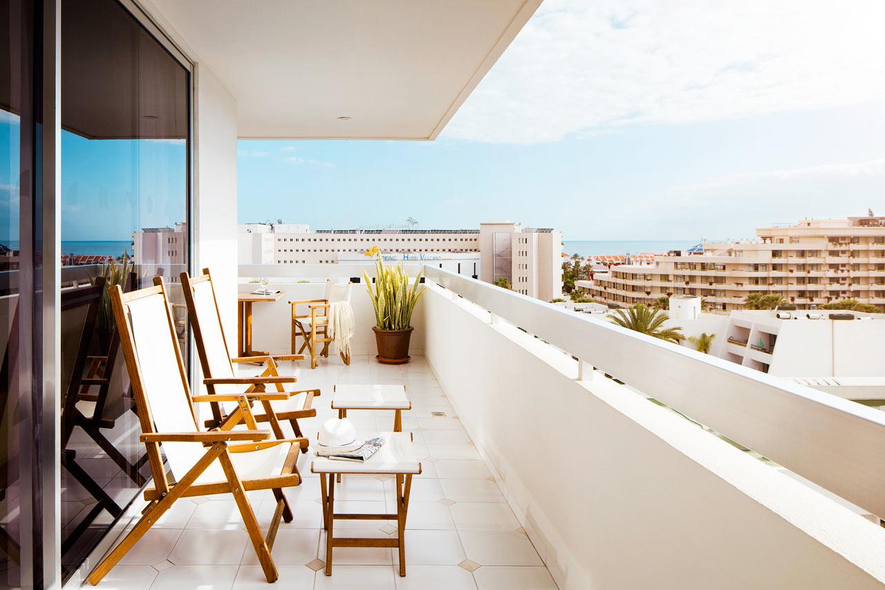 R.O.O.M. ® Suite -kaksio, suuri kalustettu parveke ja aurinkotuolit