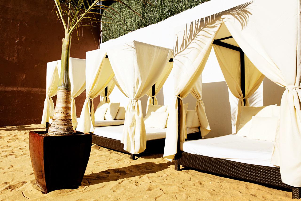 Nauti pehmeästä hiekasta varpaiden välissä tai vietä rauhallinen hetki hotellin bali-sängyillä loikoillen.