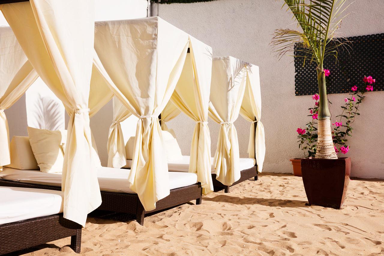 Allasalueen läheisyydessä on ihana alue, jossa on hienoa hiekkaa ja bali-sängyt
