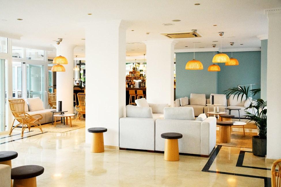 Tunne olosi kotoisaksi hotellin kutsuvassa loungetilassa