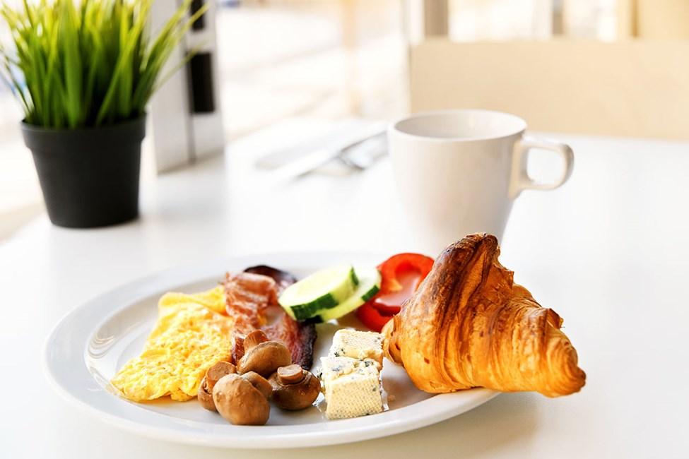 Valitse omat suosikkisi aamiaisella monipuolisen buffetpöydän antimista