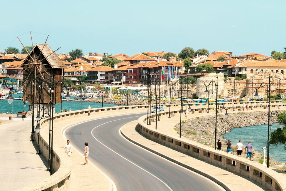 Voit kävellä uuden Nessebarin puolelta vanhaankaupunkiin