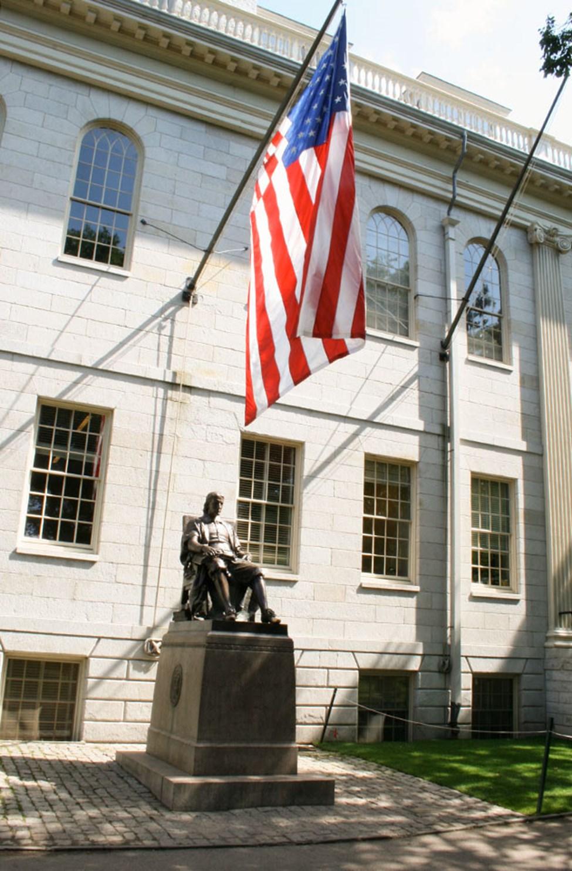John Harvardin patsas Harvardin yliopiston vieressä