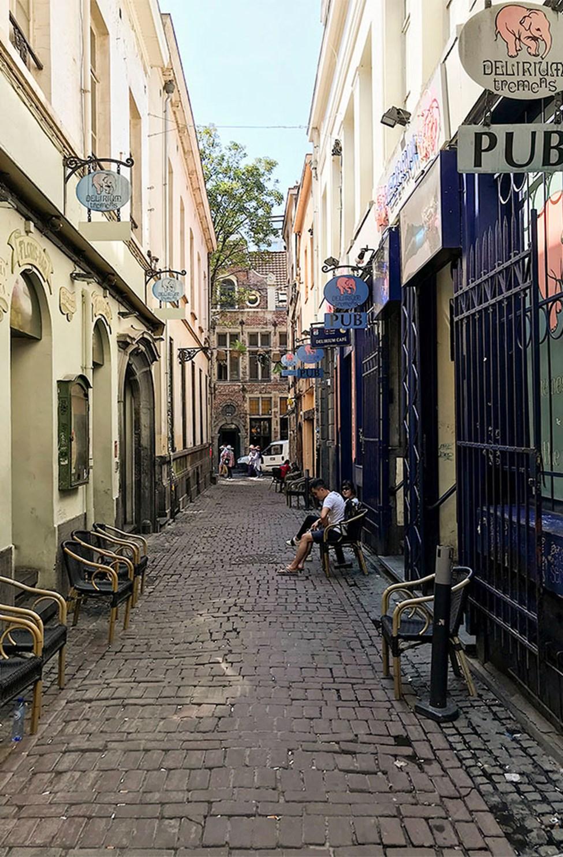 Impasse de la Fidélité -kadun varrella on baareja vieri vieressä