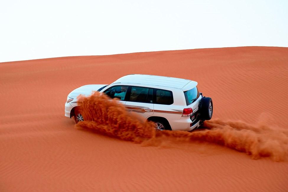 Aavikkosafari jeepillä on vauhdikas ja suosittu aktiviteetti