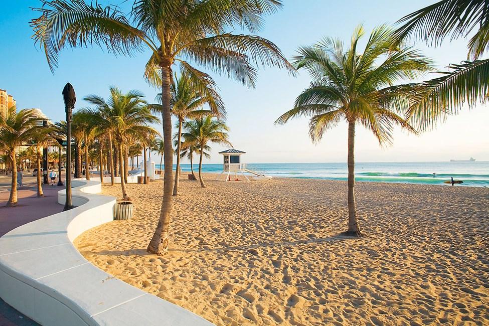 Fort Lauderdalen kymmenien kilometrien pituinen palmujen reunustama ranta