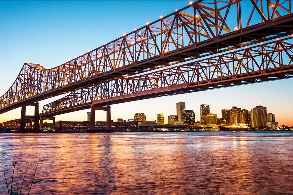 Cresent City Connection Bridge ja New Orleansin siluetti taustalla
