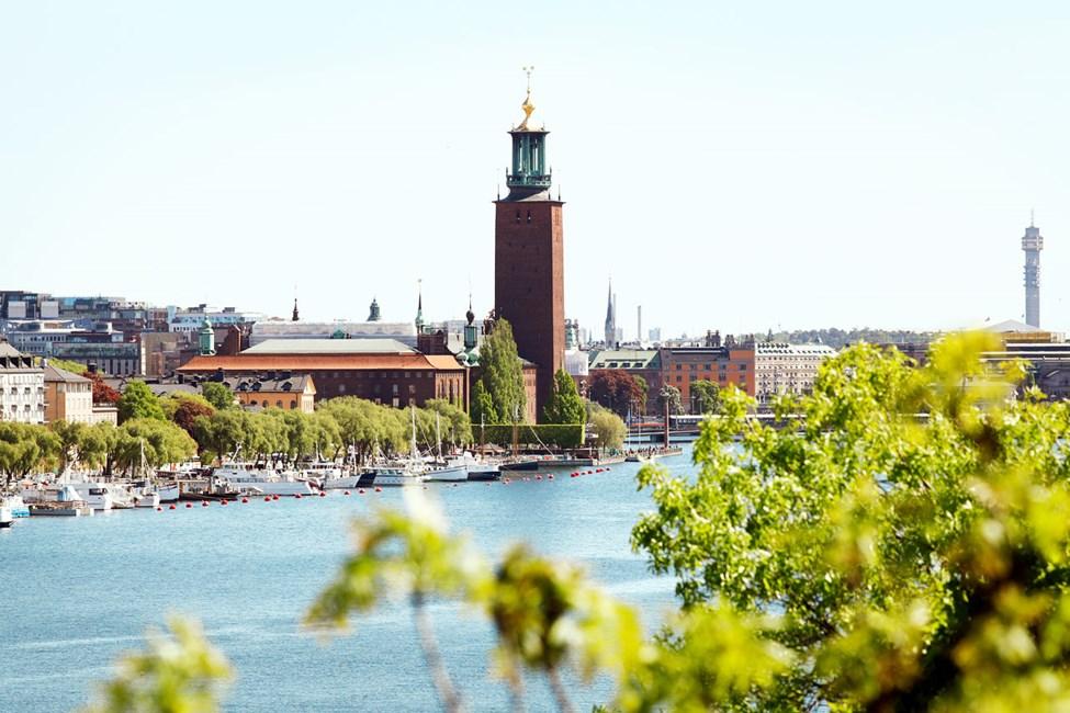 Kaupungintalo Norr Mälarstrandilla kuvattuna Västerbron-sillalta