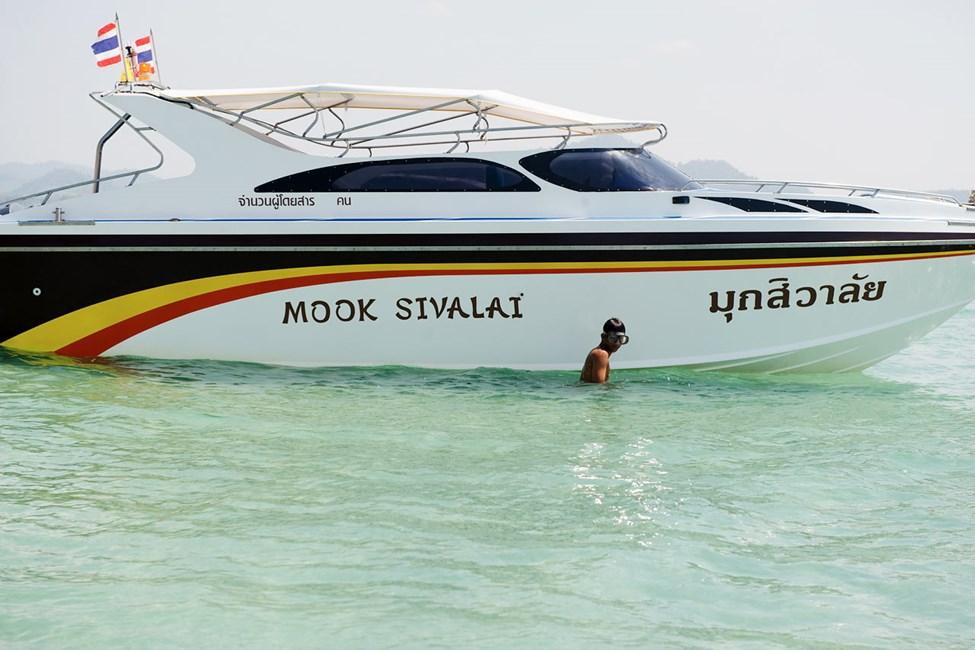 Tällä hetkellä Thaimaan rannoilla ei ole aurinkotuoleja, baareja, eikä muuta kaupallista toimintaa. Lue lisää kohdekuvauksesta.